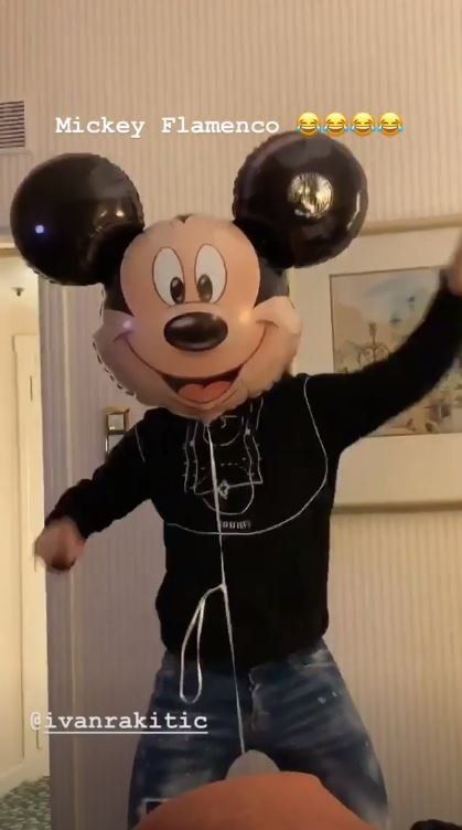 Rakitic baila flamenco disfrazado de Mickey Mouse