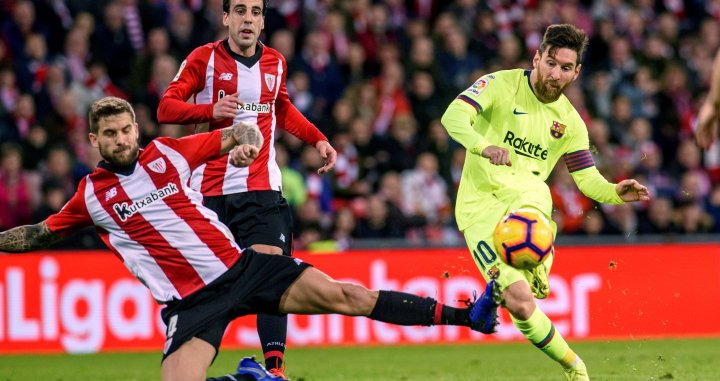 Leo Messi disparando a puerta contra el Athletic Club / EFE