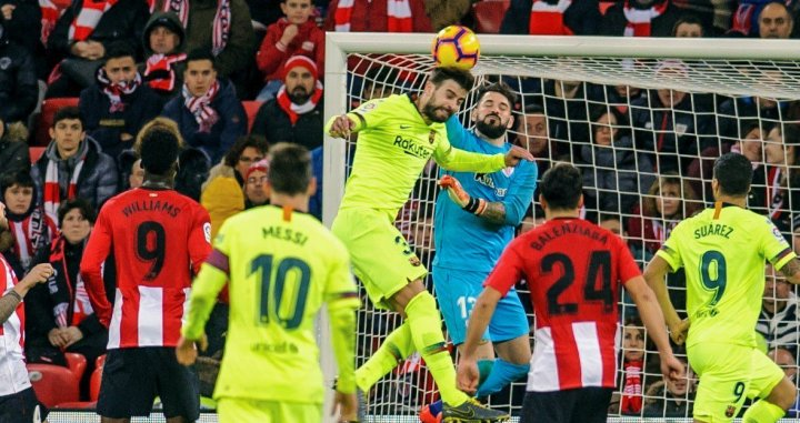 Gerard Piqué intenta rematar un balón ante el Athletic Club / EFE