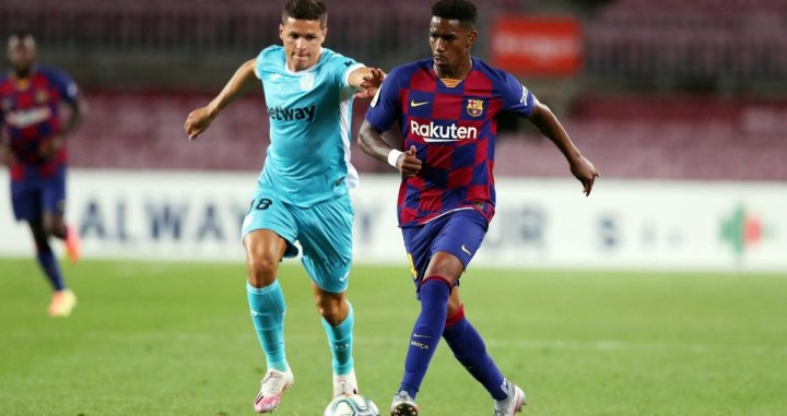 Junior Firpo disputando un balón /FCB